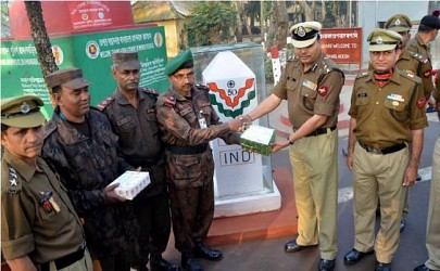 BSF,BGB exchanging sweets at Akhaura Border on R-Day. TIWN Pic Jan 26