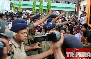 Angry mob chasing murderer Jiten Das in court premises. TIWN Pic April 24