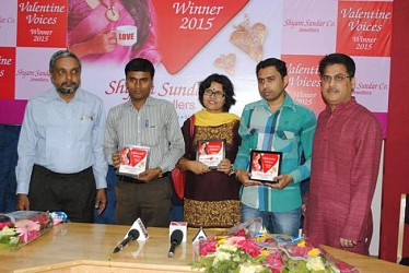 Valentine voices winner being awarded by Shyam Sundar Jewellery & Co at Agartala Press Club. TIWN Pic Feb 28