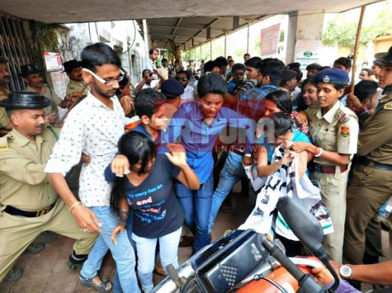Clash erupted among police & TMCP : many injured in 'Anuara-protest'