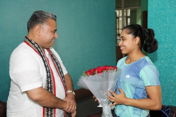 Sunil Deodhar meets Dipa Karmakar at Delhi, greets for her success