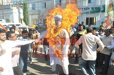 Congress burnt PM Modi's effigy at Agartala for his insulting remark against Sonia Gandhi. TIWN Pic Dec 10