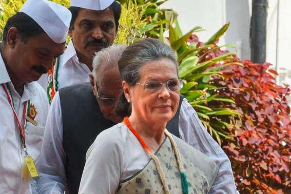 Sonia meets Maharashtra Cong chief, discusses resignations