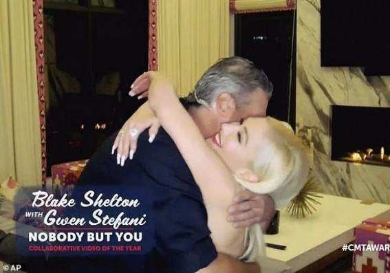 Blake Shelton, Gwen Stefani win award for 'Nobody but you'