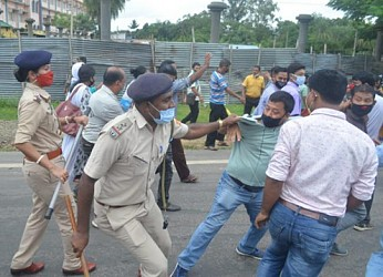 Tussle of 10323 Teachers with Police. TIWN Pic Sep 23
