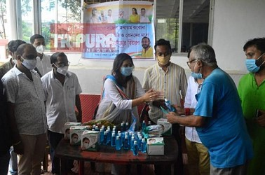 Youth Congress National General Secretary Krishna Das distributed masks, sanitizers among media persons. TIWN Pic Aug 8