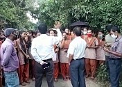 Students blocked road on demand of recruiting teachers for their school at Ratanpur